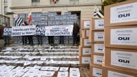 """L'association """"Des ailes pour l'ouest"""", favorable à l'aéroport Notre-Dame des Landes, construit un mur avec des cartons censés contenir les 270.000 votes """"oui"""" obtenus lors du référendum de juin, devant la préfecture de Nantes le 5 novembre 2016 [JEAN-FRANCOIS MONIER / AFP]"""