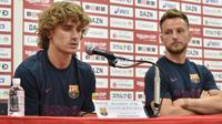 Le nouvel attaquant du Barça Antoine Griezmann (g) avec le milieu Ivan Rakitic en conférence de presse, le 22 juillet 2019 à Tokyo  [Kazuhiro NOGI / AFP]
