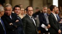 Le président François Hollande (C), le Premier ministre Manuel Valls (3eG), le président du Sénat Gérard Larcher (2eG) à Notre-Dame, le 27 juillet à Paris [BENOIT TESSIER / POOL/AFP]