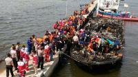 Des sauveteurs indonésiens près du bateau qui transportait environ 200 personnes au large de la côte de Jakarta à l'île de Tidung et qui a pris feu faisant 23 morts et 17 disparus, le 1er janvier 2017 [DYAHFRAGMA / AFP]