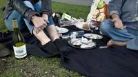 Des jeunes consomment de l'alcool lors d'un pique-nique [Jean-Philippe Ksiazek / AFP/Archives]
