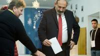 Le Premier ministre arménien Nikol Pachinian vote aux élections législatives anticipées à Erevan le 9 décembre 2018 [Karen MINASYAN / AFP]