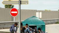 Des migrants au bord d'une route à Calais (Hauts-de-France), le 1er août 2017 [PHILIPPE HUGUEN / AFP]