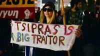 """Une banderole où l'on peut lire """"Tsipras est un grand traître"""", lors d'une manifestation devant le Parlement grec contre l'adoption de nouvelles mesures d'austérité, à Athènes le 16 octobre 2015 [Louisa Gouliamaki / AFP/Archives]"""