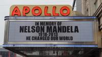 """""""Il a changé le monde"""" sur le panneau d'affichage lumineux de l'Apollo Theater à Harlem,  en hommage à Nelson Mandela, le 6 décembre 2013 à New York [Stan Honda / AFP]"""