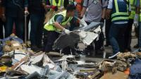 Le 2 novembre 2018 dans un port de Jakarta, les équipes de recherche récupèrent des débris du vol de Lion Air qui s'est abîmé en mer  [BAY ISMOYO / AFP]