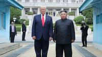 Photo fournie le 1er juillet 2019 par l'agence nord-coréenne Kcna du dirigeant nord-coréen Kim Jong Un (d) et le président américain Donald Trump se tenant au nord de la ligne de démarcation entre les deux Corées,  le 30 juin 2019 à Panmunjom [KCNA VIA KNS / KCNA VIA KNS/AFP]