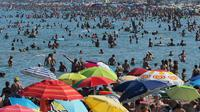 Des baigneurs se rafraichissent à la plage, photo du 4 août 2017 au Canet-en-Roussillon  [RAYMOND ROIG / AFP/Archives]