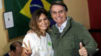 Jair Bolsonaro et sa femme Michelle à leur arrivée dans un bureau de vote à Rio pour le deuxième tour la présidentielle brésilienne le 28 octobre 2018 [RICARDO MORAES / POOL/AFP]