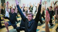 Henrik Bunge (c), directeur général de la marque de vêtements Björn Borg, lors d'une classe de yoga, le 26 janvier 2018 à Stockholm [Jonathan NACKSTRAND / AFP]