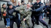 La police anti-émeute interpelle un manifestant à Moscou le 5 novembre 2017 [Maxim ZMEYEV / AFP]