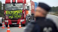Des conducteurs de poids lourds manifestent contre l'écotaxe sur l'autoroute A55 à Chateauneuf-les-Martigues, le 2 décembre 2013 [Bertrand Langlois / AFP/Archives]