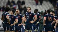 Les joueurs du XV de France abattus à l'issue de leur défaite devant les Springboks au Stade de France, le 18 novembre 2017 [Martin BUREAU / AFP]