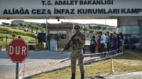 Un soldat turc en faction devant l'entrée du tribunal d'Aliaga dans l'ouest de la Turquie, durant le procès du pasteur américain Andrew Brunson le 18 juillet 2018 [OZAN KOSE / AFP]