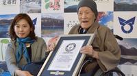 Le Japonais Masazo Nonaka, 112 ans, recevant le certificat du livre Guinness des records d'homme le plus âgé de la planète [JIJI PRESS / JIJI PRESS/AFP]