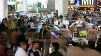 Des visiteurs au  Mondial de l'automobile, le 10 octobre 2004 à Paris [FRANCOIS GUILLOT / AFP]