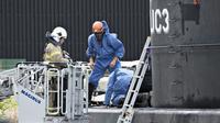 Des enquêteurs relèvent des indices sur le sous-marin Nautilus, le 13 août 2017 dans le port de Copenhague, après le meurtre de la journaliste suédoise Kim Wall tuée par le Danois Peter Madsen [Jens Noergaard Larsen / Scanpix Denmark/AFP/Archives]