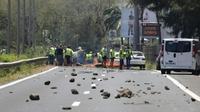 """Des """"gilets jaunes"""" bloquent une route à Saint-Denis-de-la-Réunion, le 19 novembre 2018 [Richard BOUHET / AFP]"""
