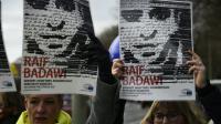 Des membres de l'ONG Amnesty International brandissent des portraits du blogueur saoudien Raef Badawi lors d'une manifestation devant l'ambassade d'Arabie saoudite à Berlin, le 8 janvier 2016. [Tobias SCHWARZ                       / AFP/Archives]
