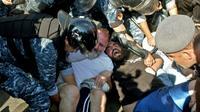 Les forces de sécurité tentent de dégager des manifestants antigouvernementaux bloquant une route dans le centre de Beyrouth le 31 octobre 2019 [Patrick BAZ / AFP]