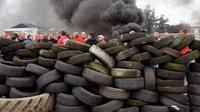 Des salariés de l'usine Goodyear-Amiens bloquent l'entrée du site avec des pneus, le 3 juin 2013 [Denis Charlet / AFP/Archives]