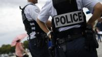 Deux policiers de dos le 24 juillet 2015 à Versailles [LOIC VENANCE / AFP]