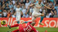 L'attaquant de Marseille Florian Thauvin (d) lors de la victoire à domicile sur Nîmes 2-1 en 32e journée de L1 le 13 avril 2019 [Christophe SIMON / AFP]