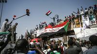 Des manifestants soudanais autour du QG de l'armée, à Khartoum, le 17 avril 2019 [OZAN KOSE / AFP]