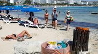 Des poubelles sur une plage de la station balnéaire d'Ayia Napa, à Chypre, le 7 septembre 2017 [Florian CHOBLET / AFP]