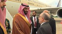 Le prince héritier d'Arabie Saoudite Mohammed ben Salmane est accueilli par le ministre des Affaires Etrangères argentin Jorge Marcela Faurie, à Buenos Aires, le 287 novembre 2018 (capture d'écran d'une vidéo publiée par les autorités saoudiennes) [- / SAUDI BROADCAST AUTHORITY/AFP]