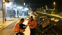 Des agents SNCF et la police près de voitures calcinées sur les voies ferrées devant la gare de Moirans, le 20 octobre 2015 [PHILIPPE DESMAZES / AFP]