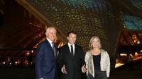 Le président français Emmanuel Macron avec le Premier ministre australien Malcolm Turnbull et son épouse Lucy Turnbull devant l'opéra de Sydney, le 1er mai 2018 [ludovic MARIN / POOL/AFP]