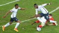 Les Français Patrice Evra et Paul Pogba sur la pelouse à l'état déplorable du stade de Lille, lors du match contre la Suisse, le 19 juin 2016 [DENIS CHARLET                        / AFP]