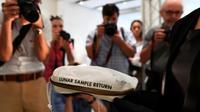 La pochette qu'utilisa Neil Armstrong pour ranger les premiers échantillons lunaires jamais ramassés par l'Homme, présentée le 13 juillet 2017 à New York [Jewel SAMAD / AFP]