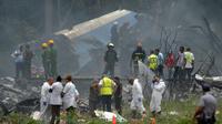 Les secours sur le site du crash de l'avion de la compagnie cubaine Cubana de aviacion peu après son décollage de l'aéroport Jose Marti de La Havane, le 18 mai 2018 [Yamil LAGE / AFP]