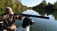 Un chasseur sur le Loir à Vaas dans la Sarthe, le 15 octobre 2017 [JEAN-FRANCOIS MONIER / AFP/Archives]
