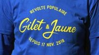 """Un homme porte un t-shirt avec l'inscription """"Révolte populaire, Gilet Jaune depuis 17 nov. 2018"""" lors de la manifestation du 1er mai à Toulouse [PASCAL PAVANI / AFP]"""
