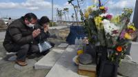 Des personnes prient pour les victimes du séisme, du tsunami et de l'accident nucléaire de 2011, le 11 mars 2016 à Sendai, au Japon [TORU YAMANAKA / AFP]