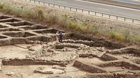 Des archéologues israéliens sur le site archéologique d'En Esur, le 6 octobre 2019 dans le centre d'Israël, où a été découverte une ville datant de l'âge de Bronze [JACK GUEZ / AFP]