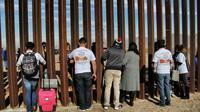 Des familles à la frontière américano-mexicaine le 10 décembre 2017 [Herika MARTINEZ / AFP]
