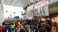 Des militants de mouvements écologistes, dont Extinction Rebellion (XR), manifestent dans le centre commercial Italie 2, le 5 octobre 2019 à Paris [JACQUES DEMARTHON / AFP]