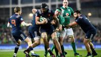 Le 2e ligne Sébastien Vahaamahina (C) contrôle le ballon face aux Irlandais lors du Six nations à Dublin, le 25 février 2017  [FRANCK FIFE / AFP/Archives]