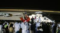Solar Impulse 2 et son équipage sont accueillis à l'aéroport d'Abu Dabi le 26 juillet 2016 [KARIM SAHIB / AFP]