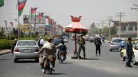 En prévision des élections législatives à Kandahar, des policiers afghans montent la garde à un poste de contrôle, le 18 octobre 2018  [JAWED TANVEER / AFP]