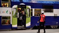 Un agent de la SNCF sur le quai de la gare de Lyon où un train bondé de passagers est prêt au départ, le 3 avril 2018 à Paris [CHRISTOPHE SIMON / AFP]