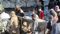 Des syriens portent un blessé par le bombardement d'un hôpital soutenu par Médecins sans frontières (MSF), à Maaret al-Noomane, une zone rebelle dans la province d'Idleb, le 15 février 2016 [Omar haj kadour / AFP]