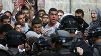 Des Palestiniens face aux forces de sécurité israélienne le 13 septembre 2015 sur l'esplanade des Mosquées à Jérusalem  [AHMAD GHARABLI / AFP]