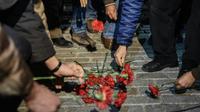 Des fleurs déposées le 12 janvier 2016 dans le quartier de Sultanahmet à Istanbul où un attentat a fait 10 morts [OZAN KOSE / AFP]