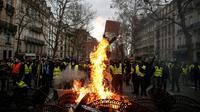 """Une barricade enflammée lors de la mobilisation des """"gilets jaunes"""" à Paris, le 8 décembre 2018 [ABDUL ABEISSA / AFP]"""