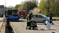 La police scientifique italienne et des pompiers près de la carcasse d'un bus de transport scolaire incendié par son chauffeur le 20 mars 2019 à San Donato Milanese, près de Milan [Flavio LO SCALZO / AFP]